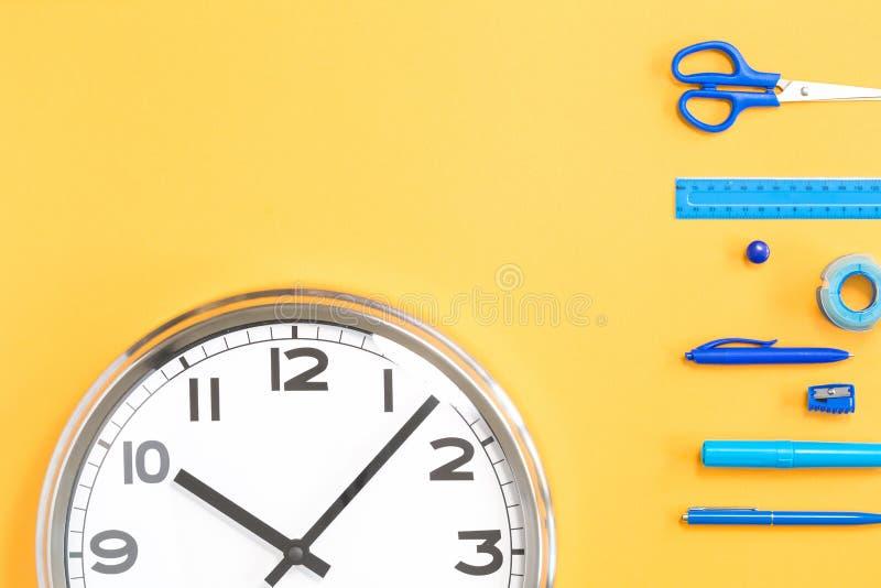 Une partie d'horloge murale sur le fond jaune images stock