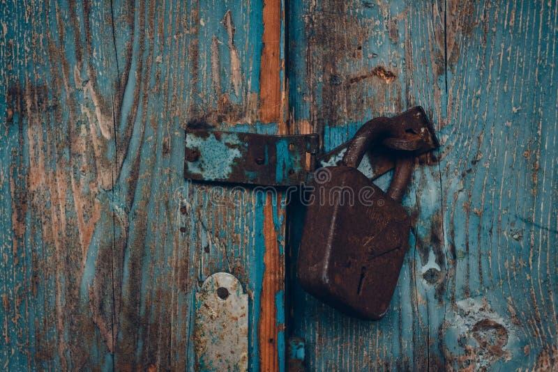 Une partie d'une porte antique avec un cadenas rouillé de fer photo libre de droits