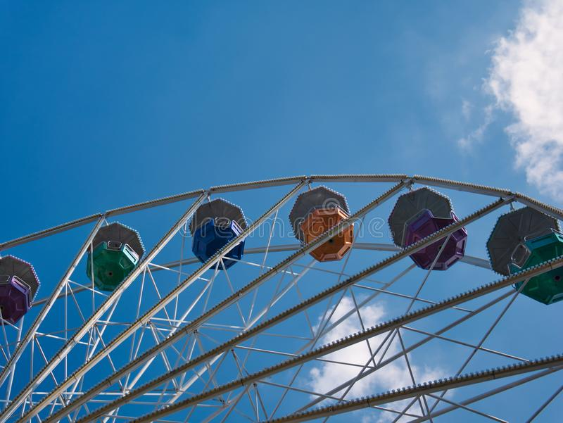 Une partie d'une roue de ferris avec les gondoles colorées photographie stock