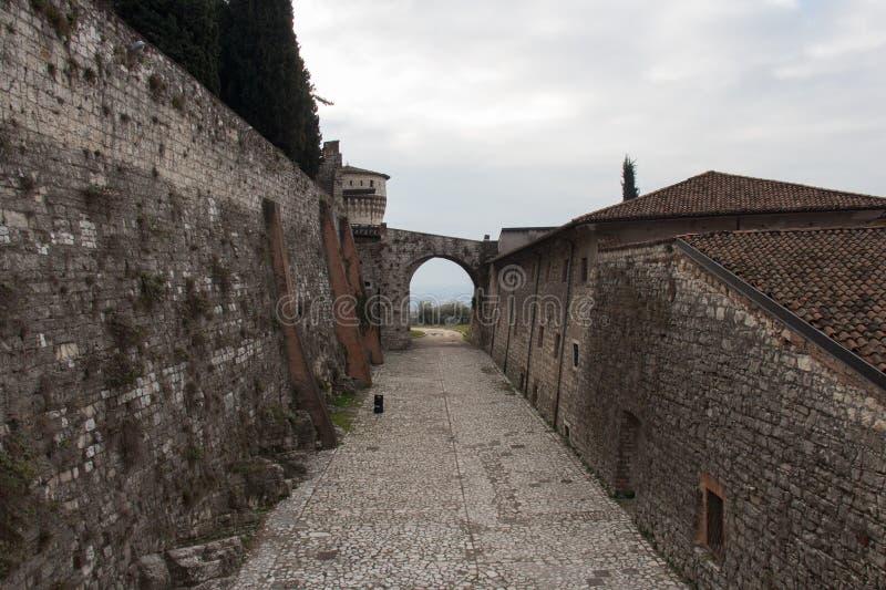 Une partie d'une tour et d'une porte se reliant au mur du château de Brescia, Lombardie, Italie photos libres de droits