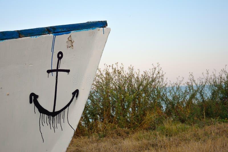 Une partie d'un bateau en bois avec un anchore drawed photos stock
