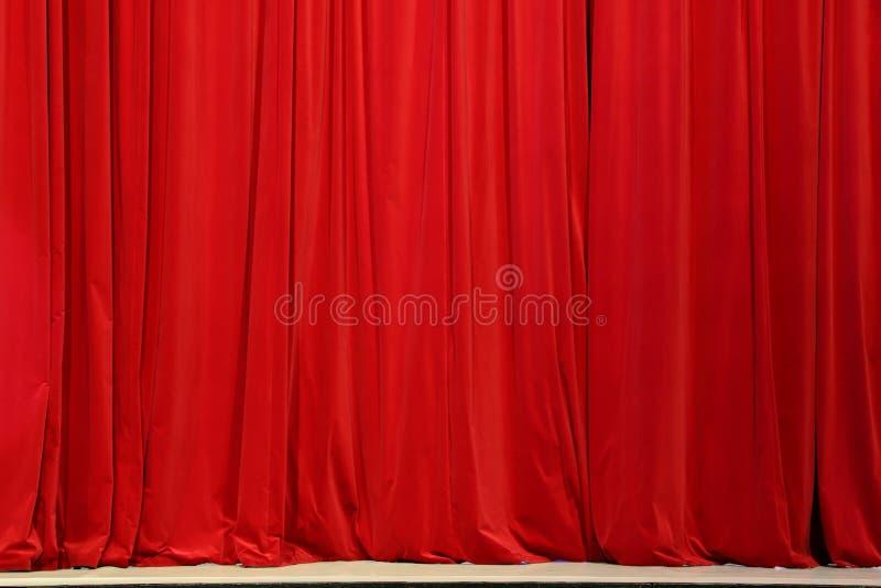Une partie d'un rideau rouge photo stock