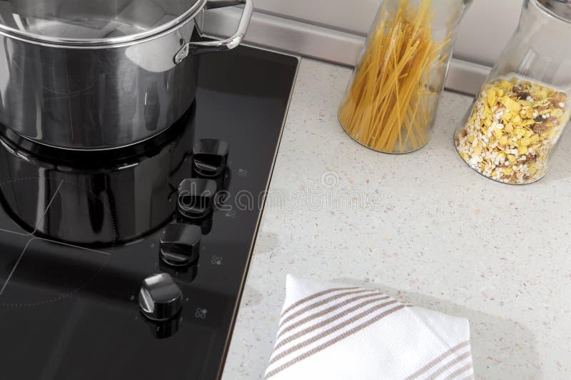 Une partie d'une cuisine moderne, détails électriques de fourneau avec des tiroirs photo libre de droits