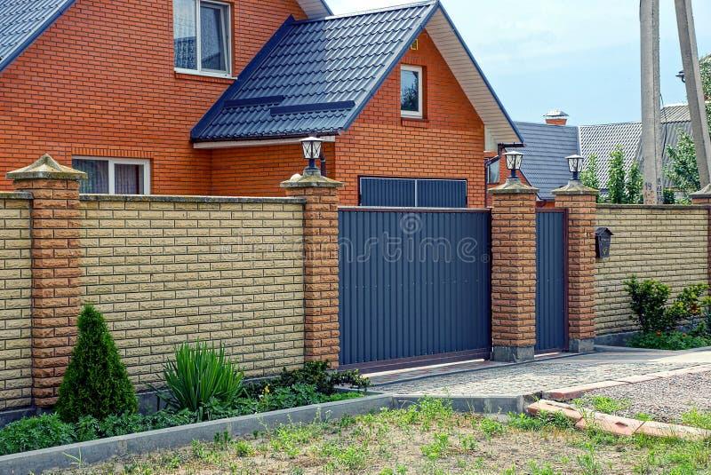 Download une partie dune maison moderne de brique derrière une barrière avec une porte