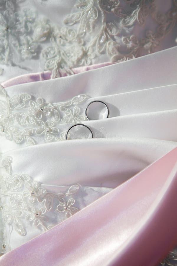 Une partie d'une robe avec des boucles de mariage photo stock