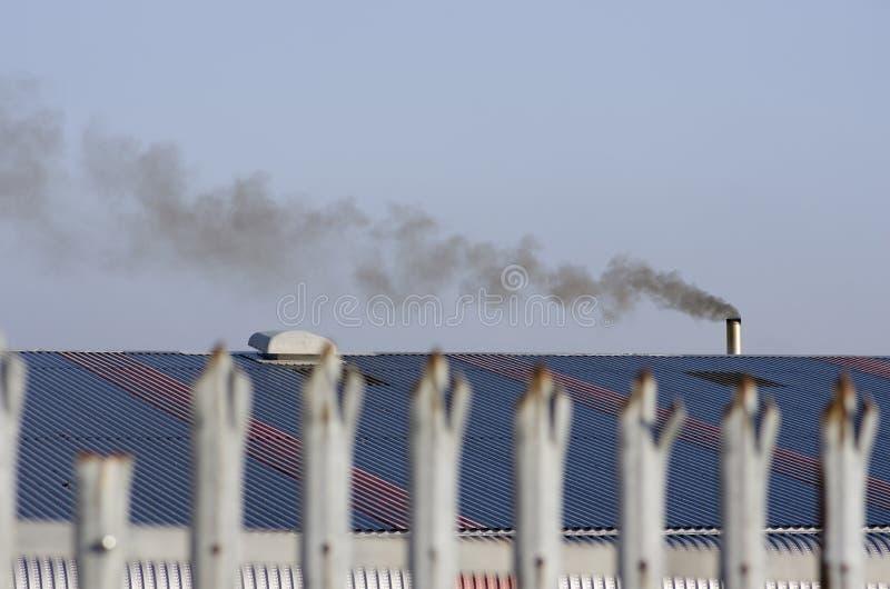 Une partie d'une vieille barrière - plan rapproché L'usine fonctionne, RO bleu photo libre de droits