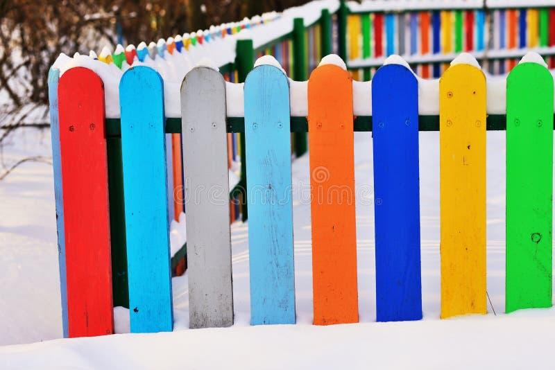 Une partie de barrière en bois verticale colorée photographie stock libre de droits