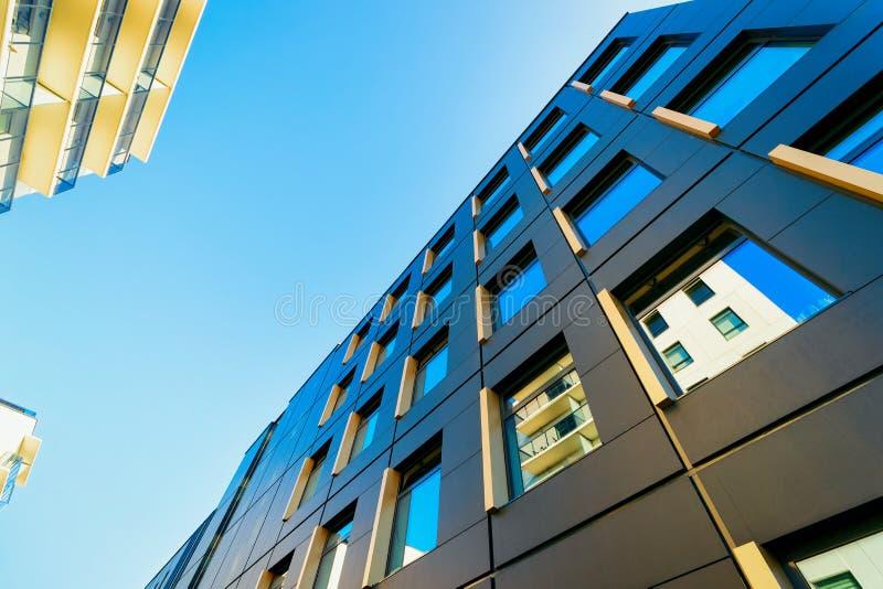 Une partie de ciel bleu moderne d'immeuble de bureaux d'entreprise constituée en société photo libre de droits
