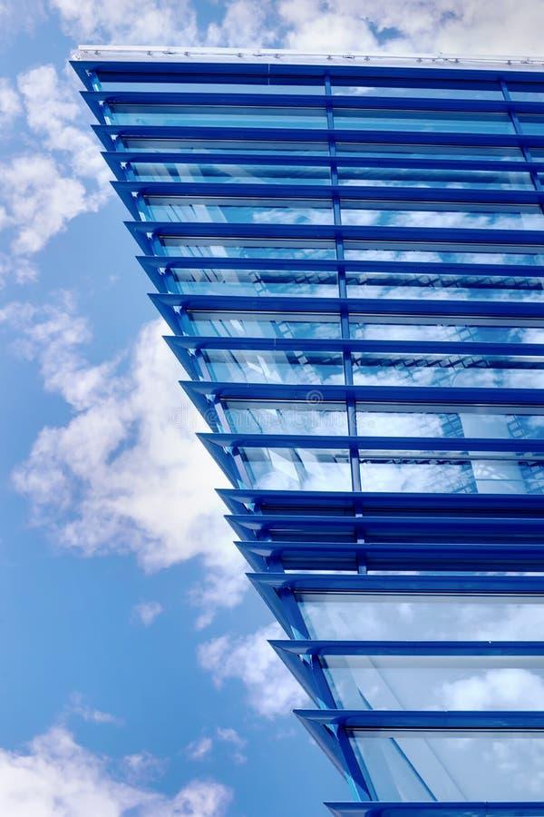 Une partie de construction bleue moderne photo libre de droits