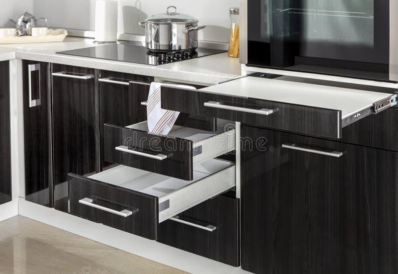 Une partie de cuisine moderne avec le four électrique de fourneau détaille des tiroirs images libres de droits