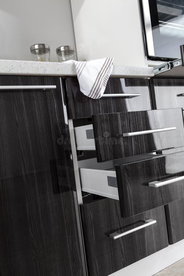 Une partie de cuisine moderne avec les détails électriques de four de fourneau, tiroirs images libres de droits
