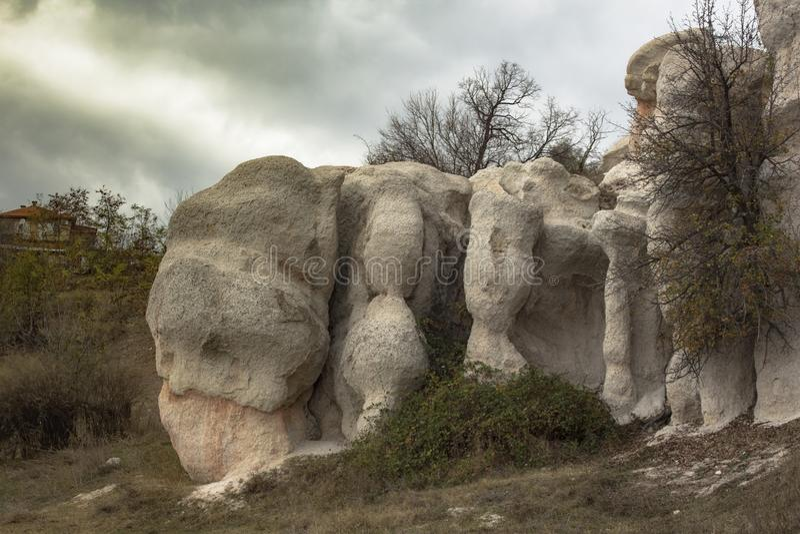 Une partie de la composition gigantesque en roche, le phénomène l'épousant en pierre, photo stock