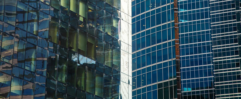 Une partie de la façade d'un gratte-ciel en verre Le fond architectural moderne de la ville photo libre de droits