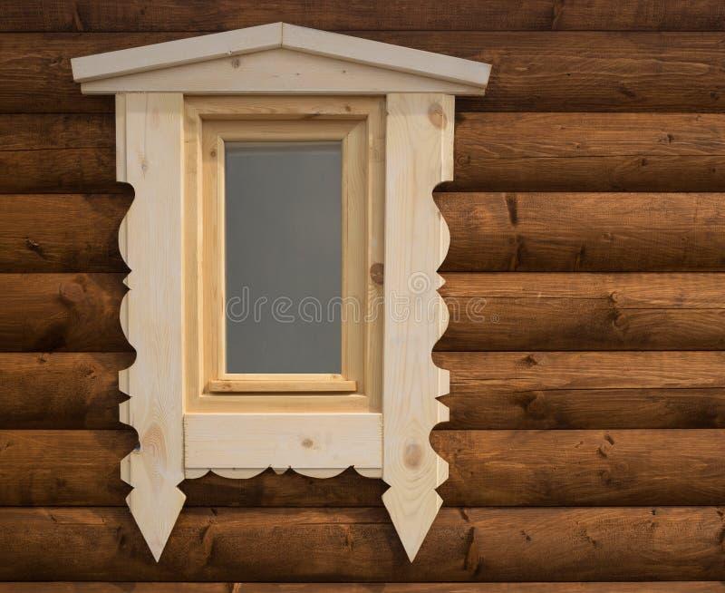 Une partie de la maison en bois de mur avec la fenêtre photos stock