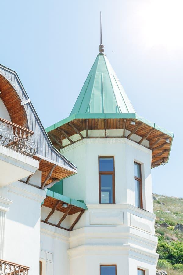 Une partie de la maison, le toit sous forme de cône images stock