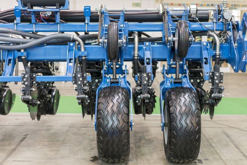 Une partie de la nouvelle technologie agricole Tête de moissonneuse de maïs avec plusieurs lames argentées Machines agricoles pou photographie stock libre de droits