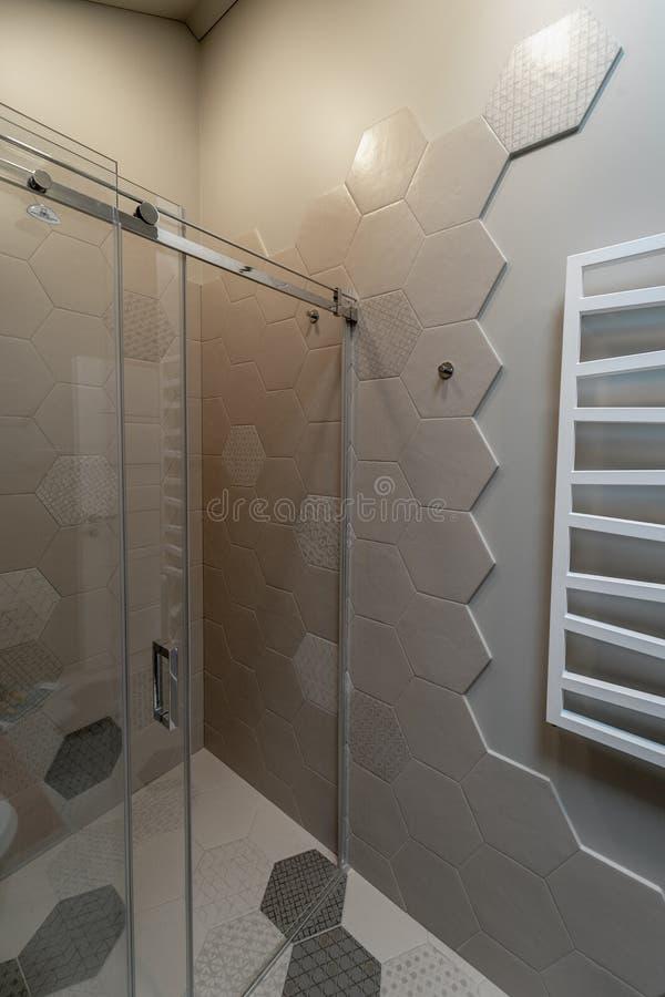 Une partie de la salle de bains dans une maison priv?e image stock