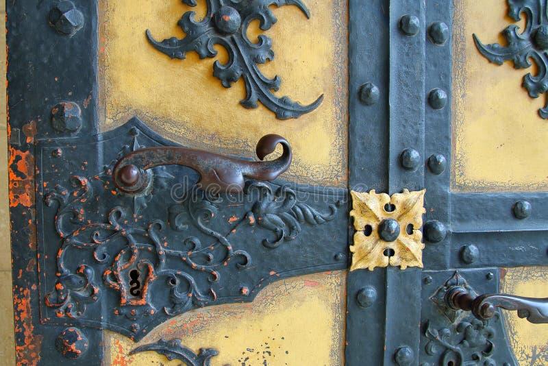 Une partie de la vieille porte avec une poignée image stock