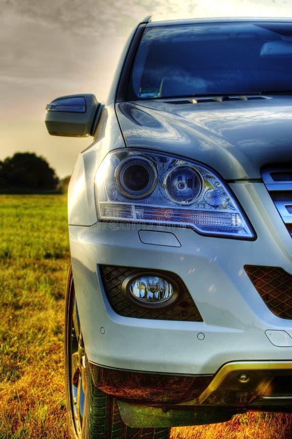 Une partie de Mercedes ml, SUV neuf, phares photos libres de droits