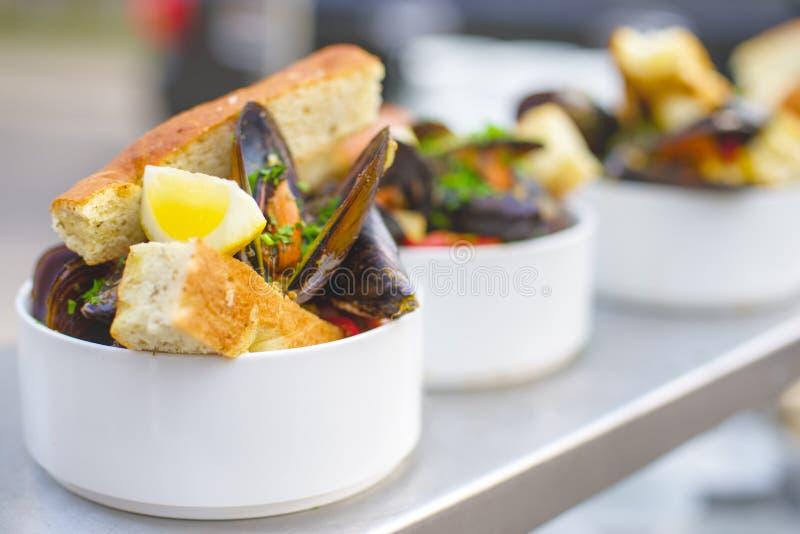 Une partie de moules cuites d'un plat Nourriture extérieure sur la terrasse photos libres de droits