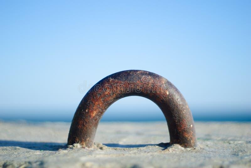 Une partie de mur en béton de mer avec la mer image libre de droits