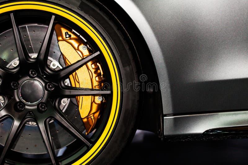 Une partie de nouvelle voiture moderne de roue avec la protection de frein de disque image libre de droits