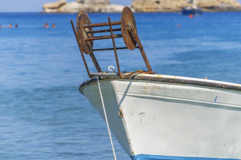 Une partie de petit bateau de poissons blancs à la mer bleue s'est accouplée avec le premier plan de mer photo stock