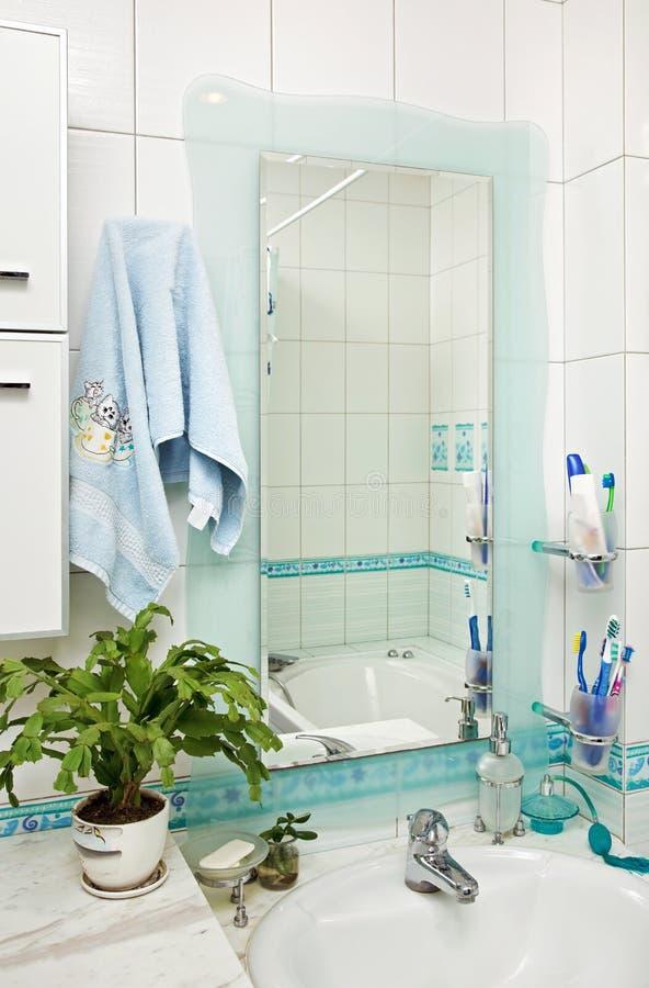 Une partie de petit intérieur moderne de salle de bains photo libre de droits