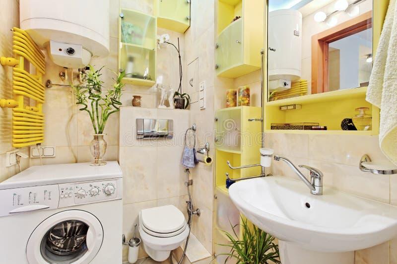 Une partie de petite salle de bains moderne avec le mashine de lavage photographie stock