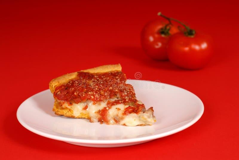 Une partie de pizza profonde de paraboloïde avec des tomates photo stock
