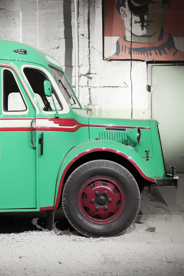 Une partie de vieux rétro autobus vert Front Wheel image stock