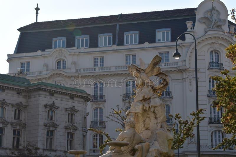 Une partie du bâtiment à Vienne, en Autriche et sculpture images libres de droits