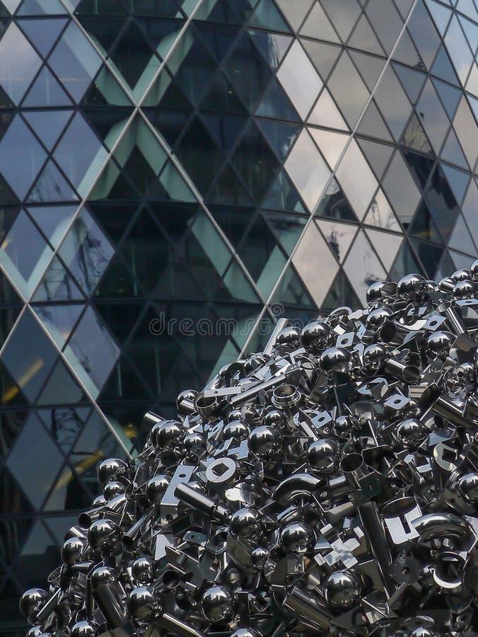 Une partie du bâtiment de Gerkin à Londres et une partie d'une sculpture en acier inoxydable par Ryan Gander image stock