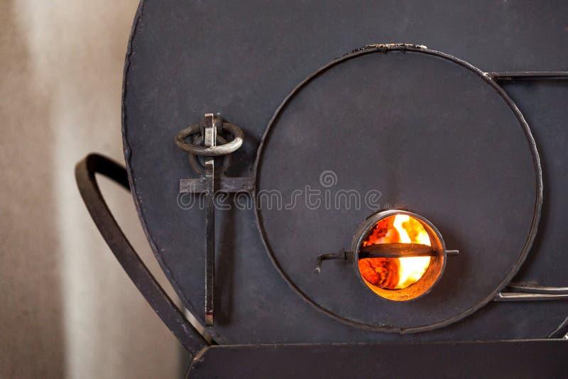 Une partie du four avec des charbons brûlants La trappe est fermée photos stock