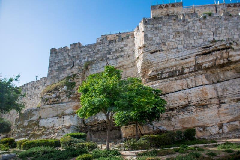 Une partie du mur autour de la vieille ville de Jérusalem construite sur la roche naturelle image libre de droits