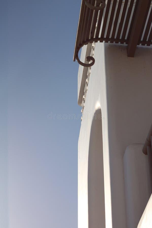 Une partie du mur blanc avec la voûte, le balcon et l'auvent image stock