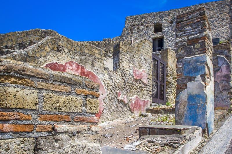 Une partie du mur de briques et de la rue colorés à Pompeii, Naples, Italie Les ruines de la ville antique, excavations de scavi  photographie stock libre de droits
