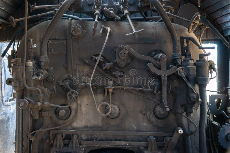 Une partie restes rouillés abandonnés ferroviaires de dépôt de locomotive à vapeur des vieux Chaudière à vapeur photographie stock libre de droits