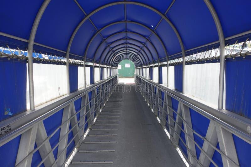 Une passerelle couverte menant aux bateaux images libres de droits