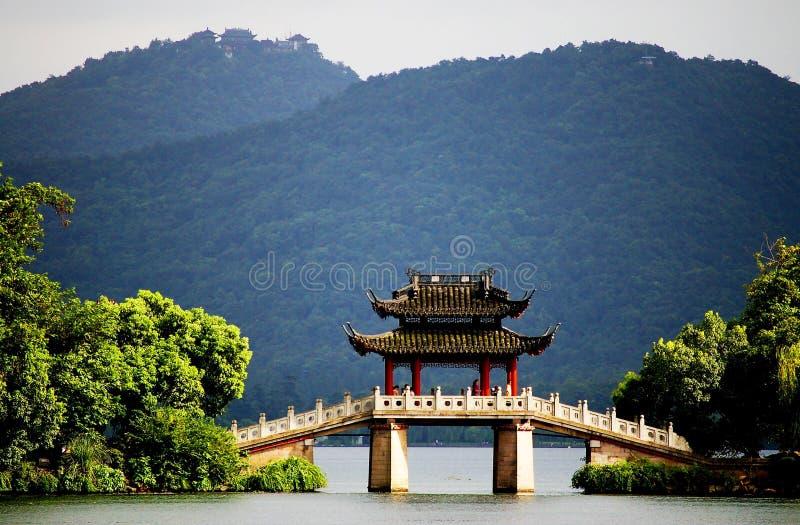 Une passerelle de pavillon dans le lac occidental, Hangzhou, porcelaine image stock