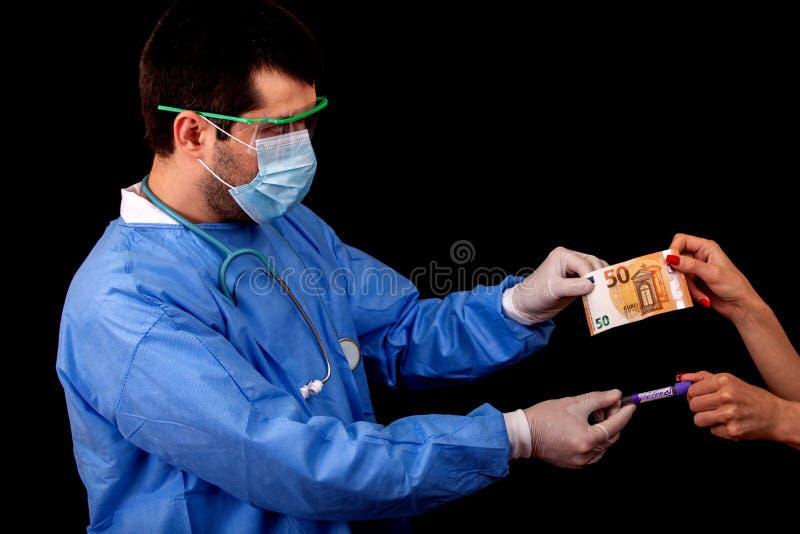 Une patiente achète le vaccin contre le nouveau virus Covid-19 auprès du médecin avec 50 euros Prix de la vaccination photos libres de droits