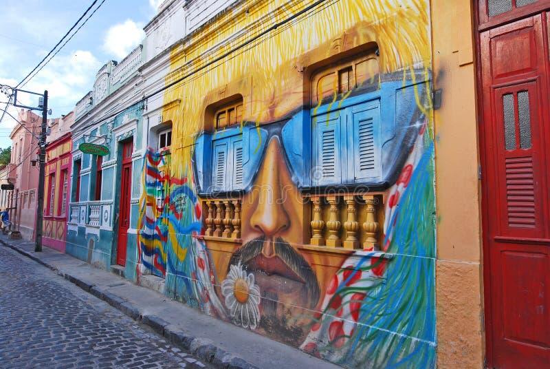 Une peinture de mur de la tête d'un homme avec la moustache et les lunettes de soleil photographie stock libre de droits