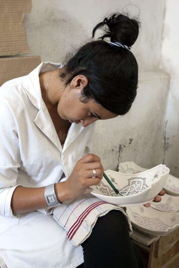 Une peinture de travailleur conçoit sur une cuvette d'argile à Fez, Maroc photos libres de droits