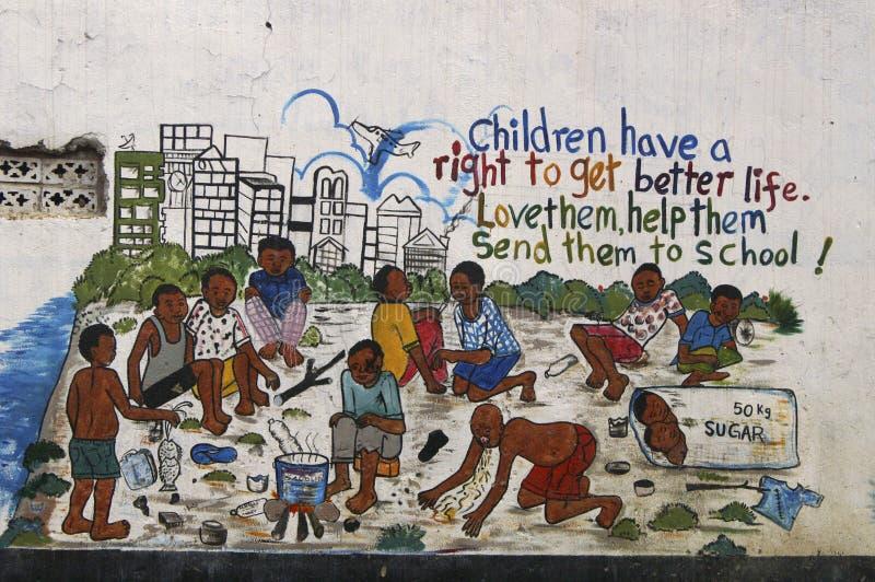 Une peinture murale au sujet des juste du ` s d'enfants en Ouganda, Afrique photo libre de droits