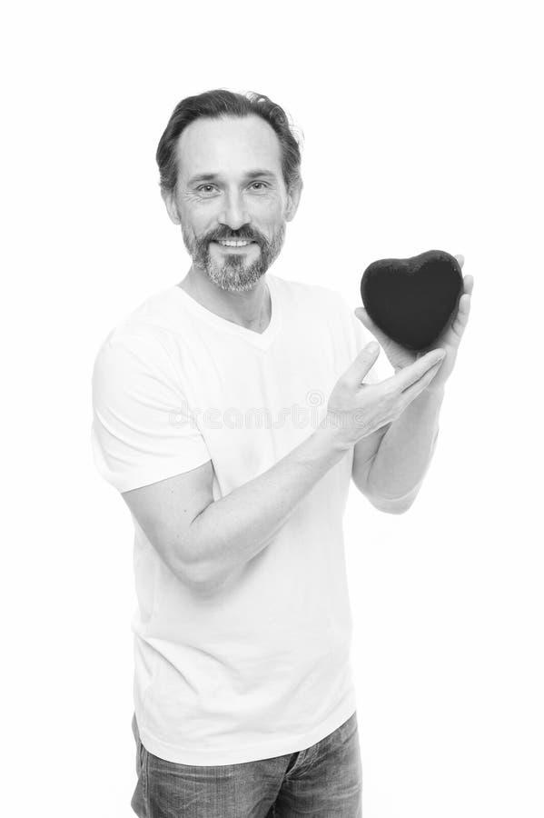 Une personne chaleureuse Probl?me et soins de sant? de coeur Homme de valentines tenant le coeur rouge de jouet dans des mains Ho photos stock