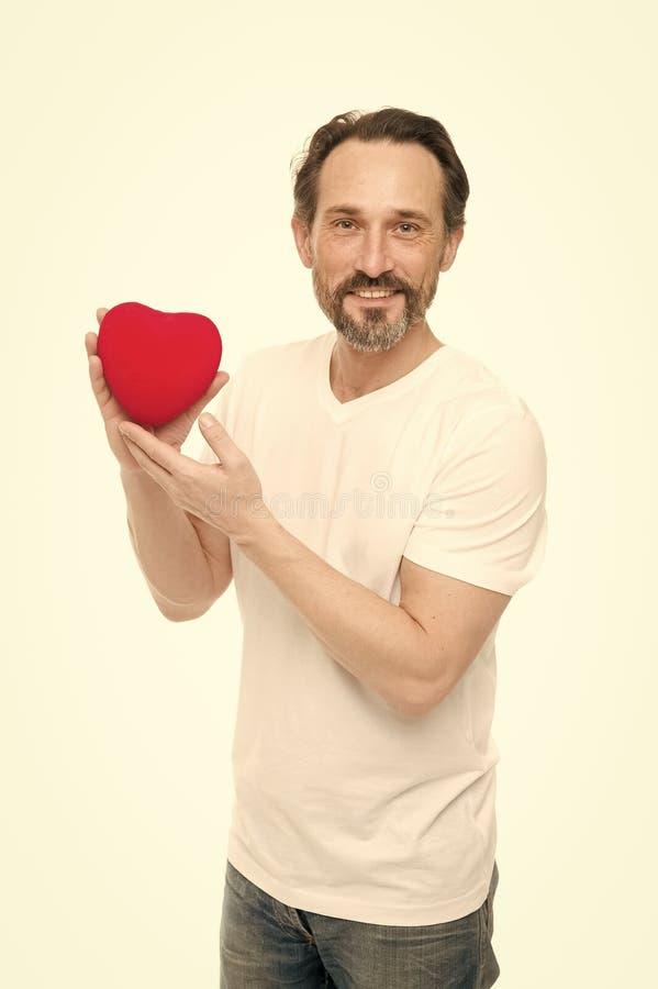 Une personne chaleureuse Probl?me et soins de sant? de coeur Homme de valentines tenant le coeur rouge de jouet dans des mains Ho image stock