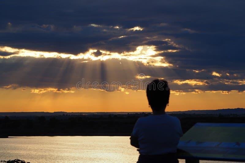 Une personne contemplant le coucher du soleil, Iavars, Mollerussa photos stock