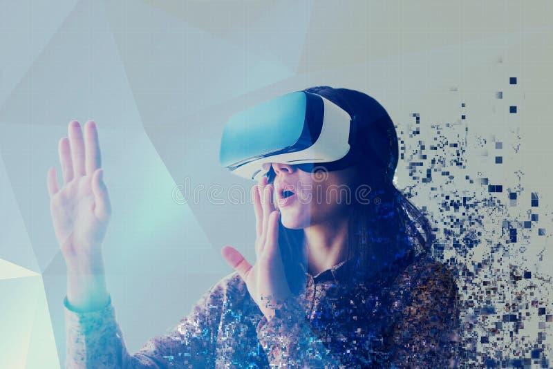 Une personne en verres virtuels vole aux pixels La femme avec des verres de réalité virtuelle Futur concept de technologie image stock