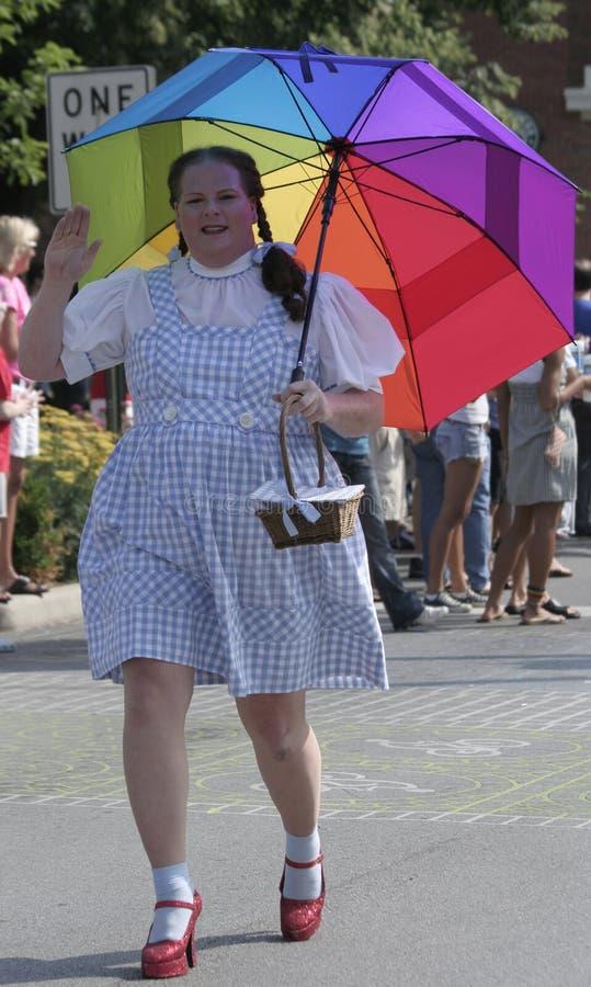 Une personne habillée comme Dorothy du magicien de l'once salue des personnes à la fierté d'Indy photo libre de droits