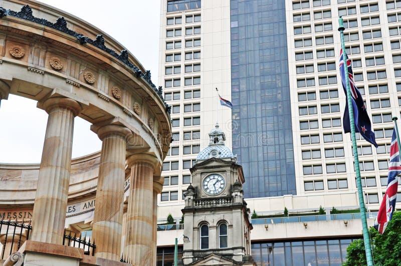 Place d'Anzac, horloge de ville, drapeaux, gratte-ciel Brisbane photographie stock